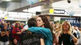 Ein dicker Willkommens-Kuss: Der Flug 246 von Air New Zealand hat Verwandte und Freude wieder zusammengebracht.