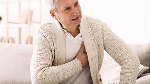 Älterer Mann ist außer Atem