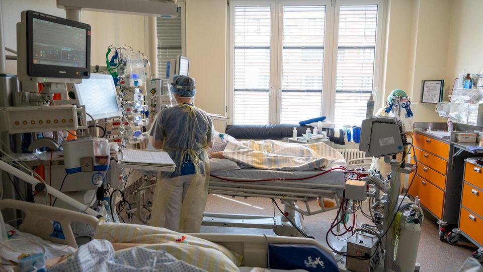 In einem Zimmer einer Intensivstation in Berlin wird ein Patient mit einem schweren Covid-19 Krankheitsverlauf behandelt