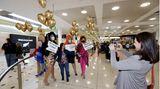Drag Queens begrüßen die ersten aus Neusseland eintreffenden Passagiere in Sydney