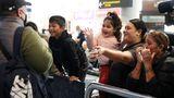 Im Terminal von Auckland, international arrivals: Die Wiedersehensfreude ist besonders groß, weil sich ankommende Passagiere auch nicht mehr in Quarantäne begeben müssen.