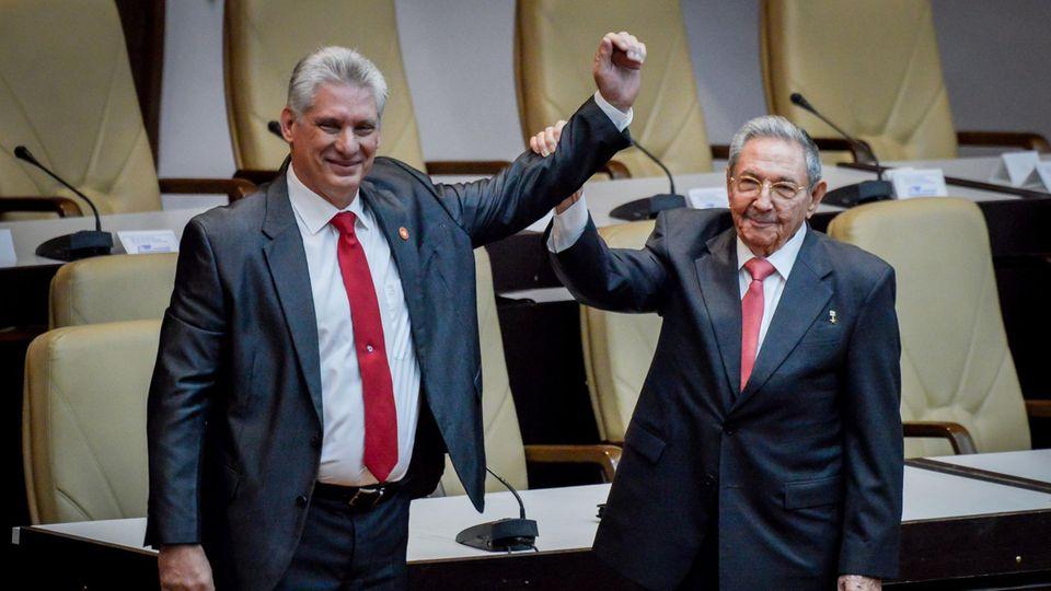 Raul Castro (r) und Miguel Diaz-Canel (Archivfoto)