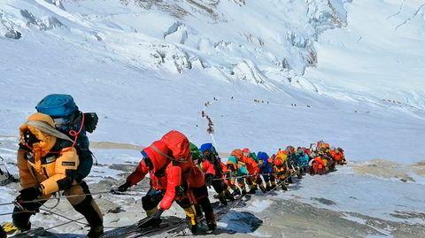 In einer langer Schlange steigen Bergsteiger an Fixseilen knapp unterhalb von Lager IV auf.