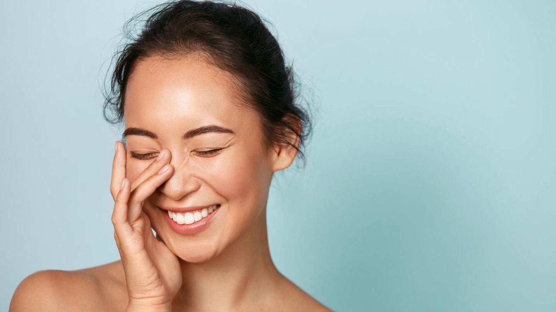 AHA-Peelings unterstützen die Haut bei der Regeneration, indem sie abgestorbene Hautschuppen entfernen.