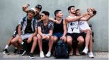 Tel Aviv, Israel. Man könnte meinen, dieses Foto stammt aus einer Zeit, in der es noch keine Corona-Pandemie gab: Junge Israelis sitzen auf einer Bank und machen Selfies. Seit dem 18. April dürfen Menschen in Israel sich wieder ohne Maske im Freien bewegen– nach gut einem Jahr. Das haben die Israelis auch dem Impfprogramm des Landes zu verdanken. Mehr als 50 Prozent der Menschen sind bereits vollständig gegen das Coronavirus geimpft.