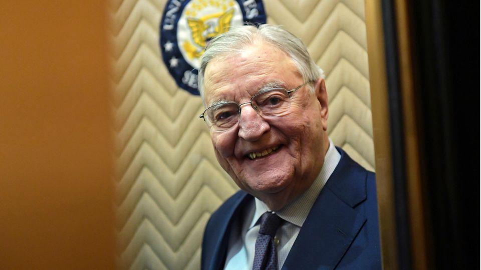Walter Mondale, ehemaliger Vizepräsident der USA, lächelt als er einen Aufzug auf dem Capitol Hill betritt