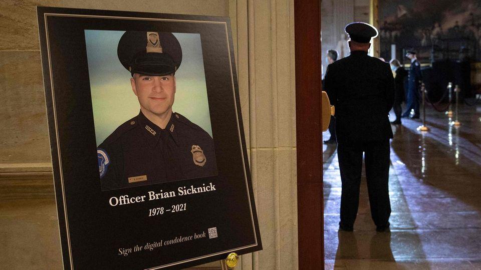 Ein großes Porträt Sicknickszu Ehren des verstorbenen Polizisten im Capitol
