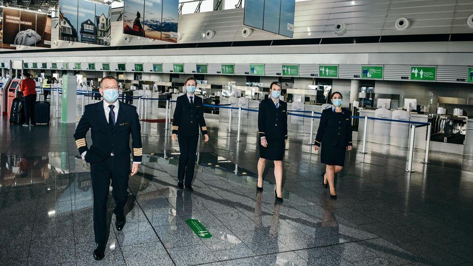 Maskenpflicht gilt auch für die Condor-Crew: Im Cockpit müssen die Piloten den Mundschutz allerdings abnehmen