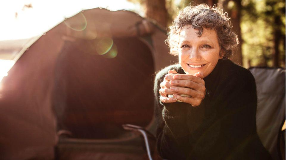 Ältere Frau im Campingurlaub