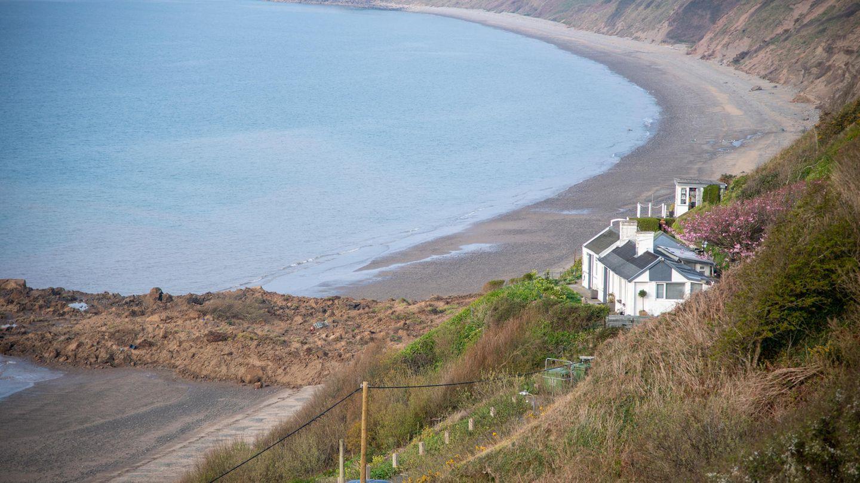 Das Bild zeigt den Erdrutsch in Nefyn an der Küste von Wales von oben