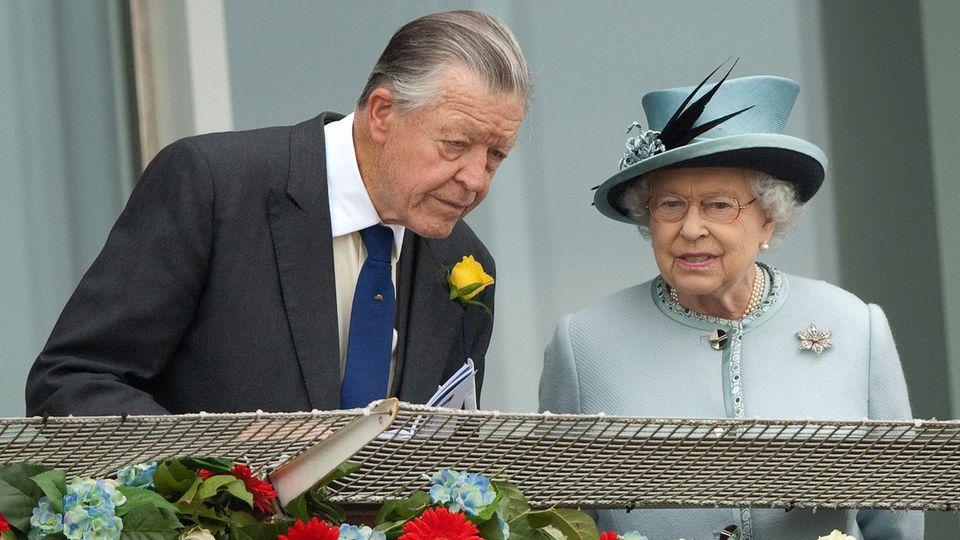 Sir Michael Oswald und Queen Elizabeth II. 2013 bei einem Pferderennen