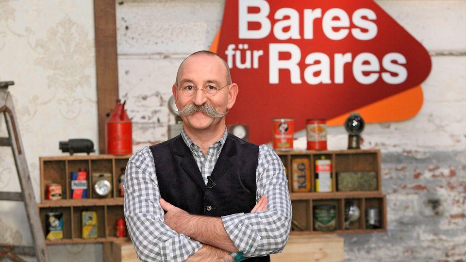 """Horst Lichter steht im Studio von """"Bares für Rares"""" in Pulheim und schaut in die Kamera"""