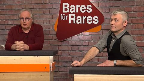 Thorsden Schlößner und Christian Vechtel sitzen im Studio von Bares für Rares in Pulheim am Händlertisch