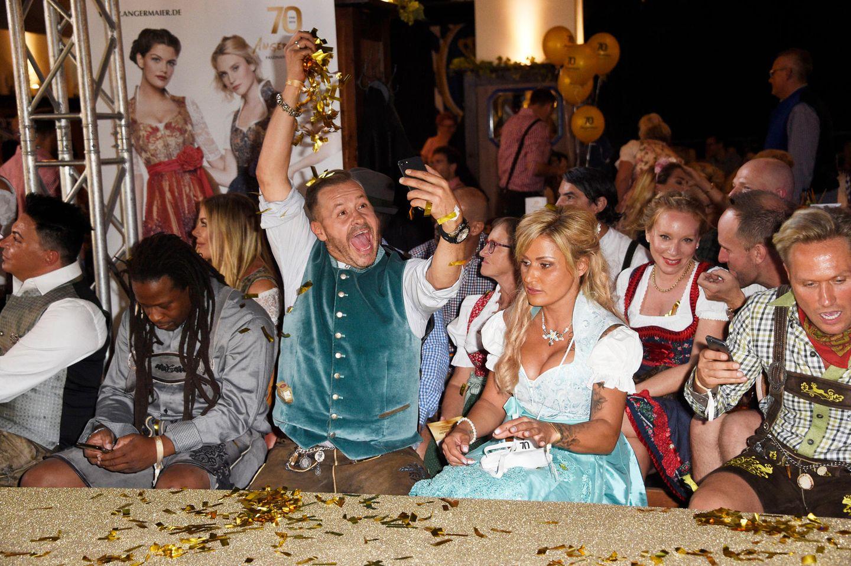 Auch im Hofbräuhaus sorgte Willi Herren (Mitte) für Stimmung - im August 2018 besuchte er hier die Angermaier Trachten Nacht zusammen mit Matthias Mangiapane, Mola Adebisi, Ehefrau Jasmin und Nico Schwanz (v.l.)