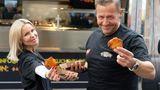 """Es war eines seiner letzten Projekte: Wenige Tage vor seinem Tod hat der Kölner die """"Willi Herren's Rievkooche Bud""""eröffnet, ein Foodtruck, in dem Reibekuchen angeboten wird. Herrens Plan: """"Oben singe ich, unten kann man Reibekuchen essen."""" Dazu kommt es nicht mehr: Mit nur 45 Jahren wurde der TV-Star tot in seiner Wohnung aufgefunden."""