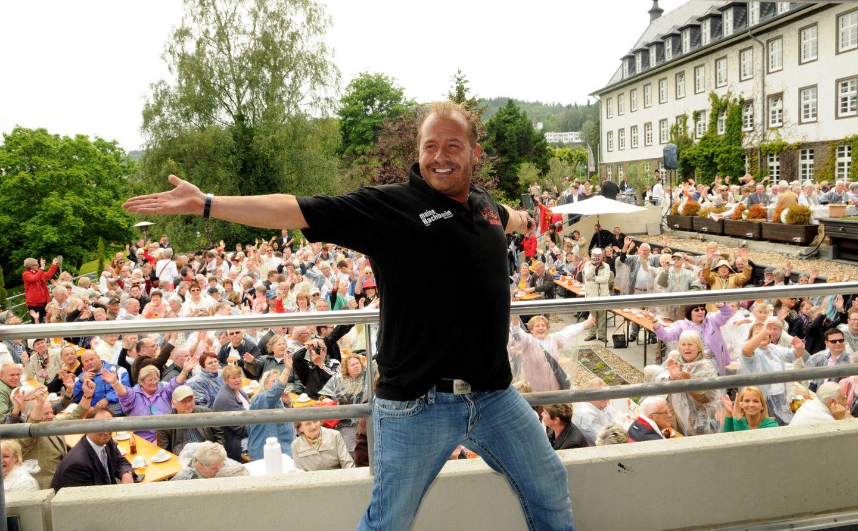 """Er konnte große Massen unterhalten: Willi Herren veröffentlichte zahlreiche Stimmungshits und trat regelmäßig am Ballermann auf. 2012 war er zu Gast bei Heinos Open-Air-Veranstaltung """"16 Jahre Heino CaféGeburtstag"""" in Bad Münstereifel."""