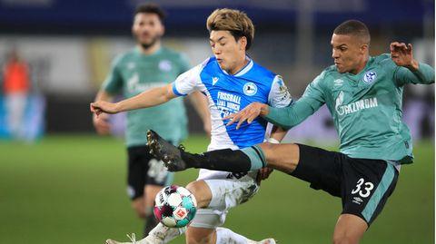 Ritsu Doan (l.) und seine Bielefelder Teamkollegen haben den Abstieg vonMalick Thiaw und Schalke 04 endgültig besiegelt