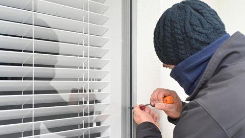 Einbrecher versucht durchs Fenster ins Haus zu kommen