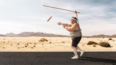 Ein übergewichtiger Mann läuft einem leckeren Snack hinterher