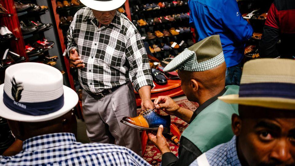 Beim Schuhkauf suchen die Männer nach kleinen Fehlern, um die Paare so günstiger zu bekommen