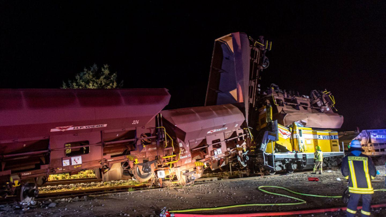 Die demolierten Güterwaggons nach dem Zugunglück.