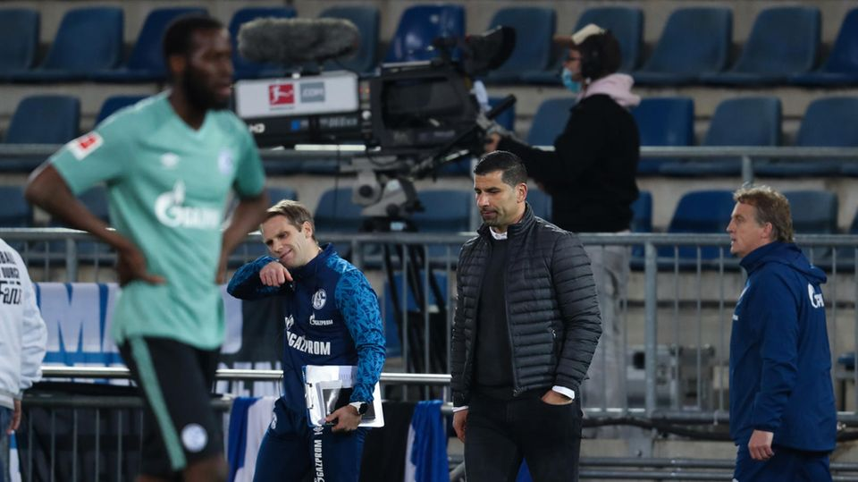 Der Schalker Trainer Dimitrios Grammozis nach dem Schlusspfiff gegen Bielefeld