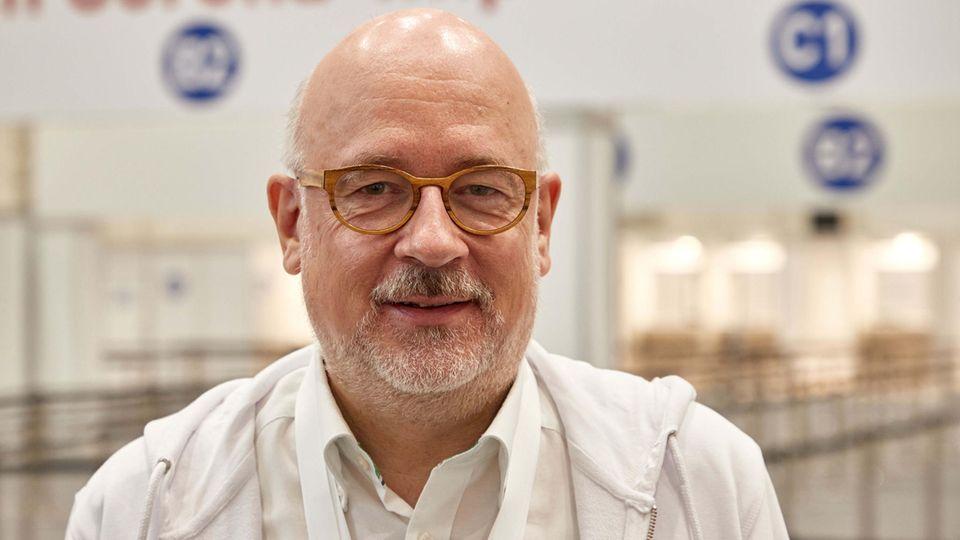 """Es ist egoistisch, sich vor jemanden in der Impfrangfolge zu schieben"""", sagt Dirk Heinrich., Leiter des HamburgerImpfzentrums."""