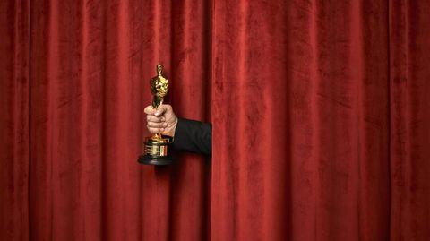 """Taika Waititi zeigt seinen Drehbuch-Oscar für """"Jojo Rabbit"""""""