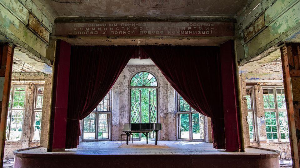 Wie an der kyrillischen Schrift über dem Bühnenvorhang zu erkennen ist, wurde die Heilstätte Grabowsee zeitweilig auch von den Russen genutzt.
