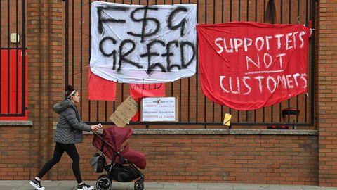 Am Stadion an der Anfield Road in Liverpool hängen Protest-Plakate von Fans