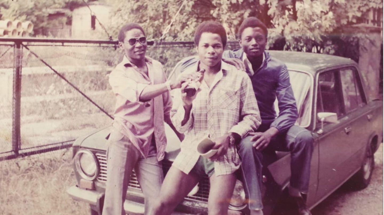 Der Mosambikaner Manuel Diogo (l.) mit zwei Landsleuten in den 1980er Jahren in Jeber-Bergfrieden nahe Dessau, wo er im damals größten Sägewerk der DDR als Vertragsarbeiter angestellt war.