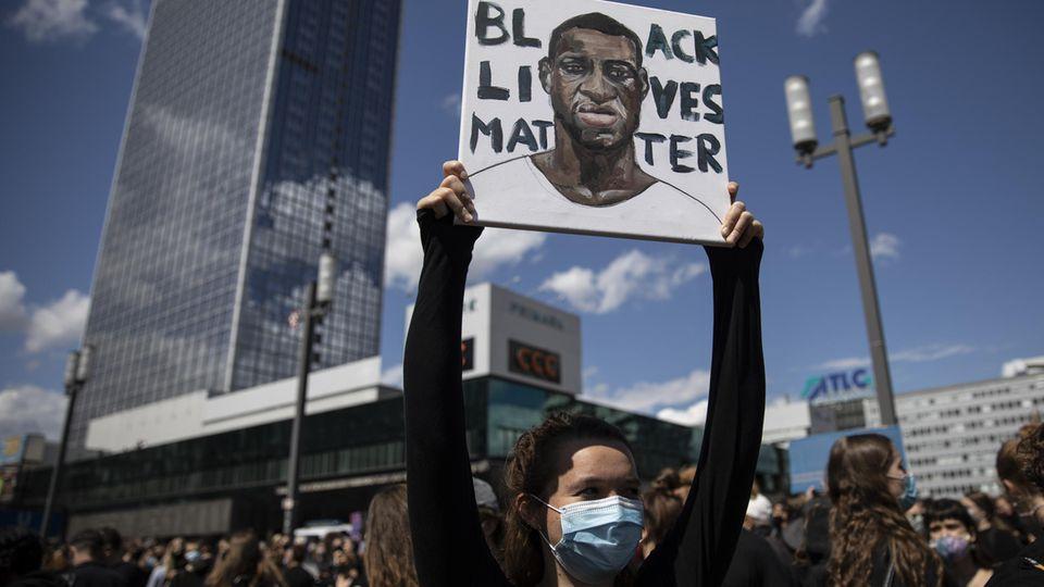 """Anfang Juni 2020 demonstrieren Tausende auf dem Berliner Alexanderplatz gegen Rassismus und Polizeigewalt. Deutschlandweit finden vergangenen Sommer mehr als ein Dutzend Proteste der Bewegung """"Black lives matter"""" statt."""