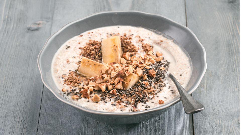 Schokoladen-Porridge auf einem Tisch.