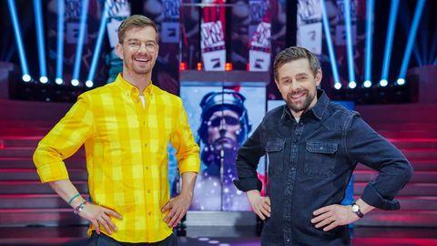 """Die Entertainer Joko Winterscheidt (l.) und Klaas Heufer-Umlauf stehen in der Kulisse ihrer ProSieben-Show """"Joko & Klaas gegen ProSieben"""""""