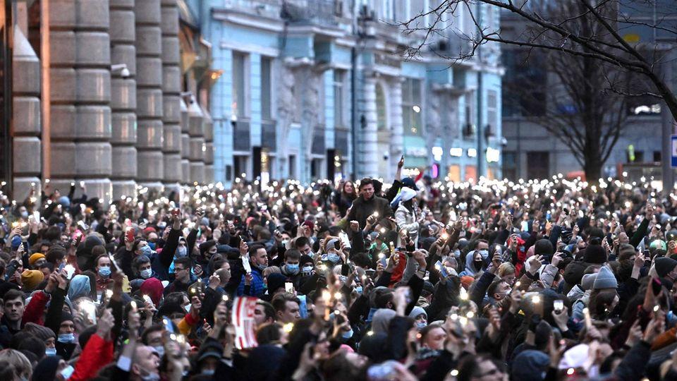 Tausende Menschen fordern am Mittwochabend im Zentrum von Moskau Freiheit für Alexej Nawalny