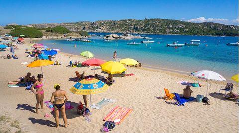 Reisen in Corona-Zeiten: Menschen am Badestrand bei Santa Reparata auf Sardinien