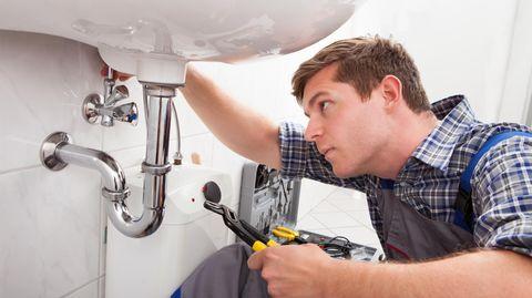 Mietrecht: Dusche, Lichtschalter, Steckdose: Welche Reparaturen Mieter zahlen müssen und welche nicht