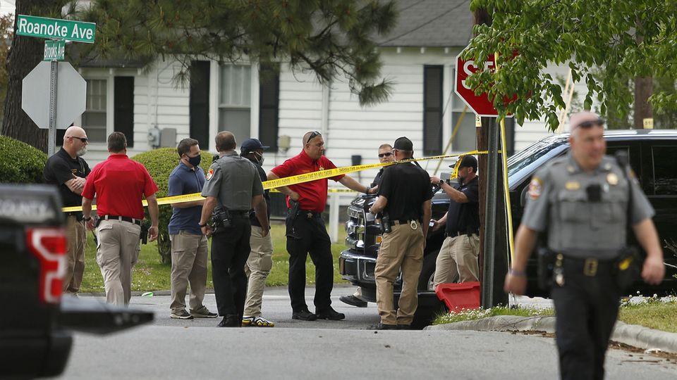 Polizeibeamte stehen am Tatort in der US-Kleinstadt Elizabeth City