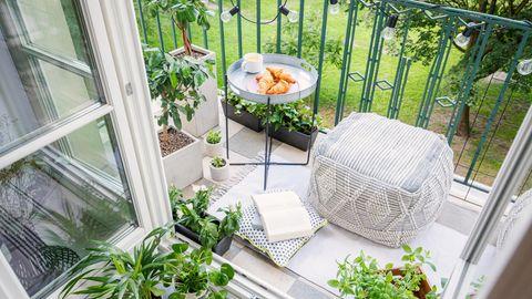 Lichterkette und Pflanzen als Sommer-Deko auf dem Balkon