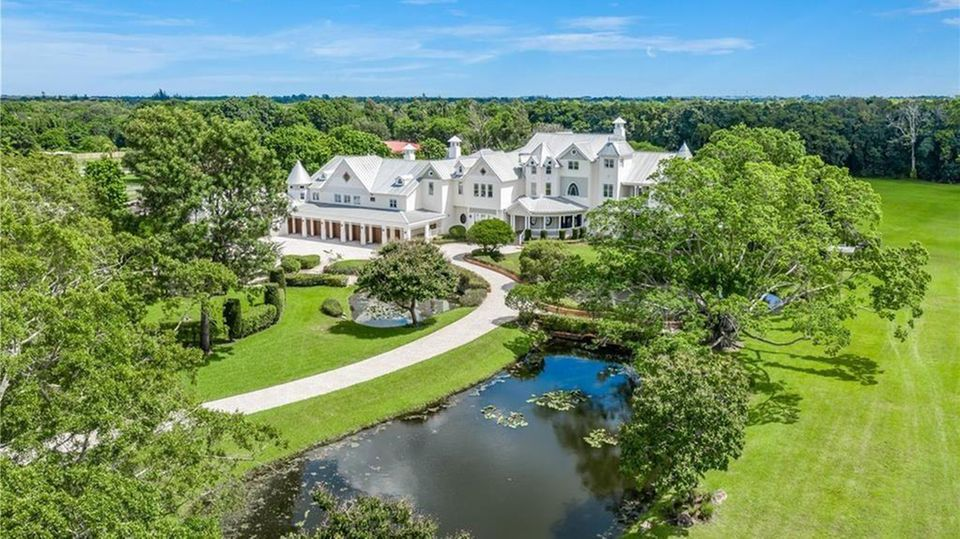 Eine riesige Villa inmitten einer parkähnlichen Grundstücks