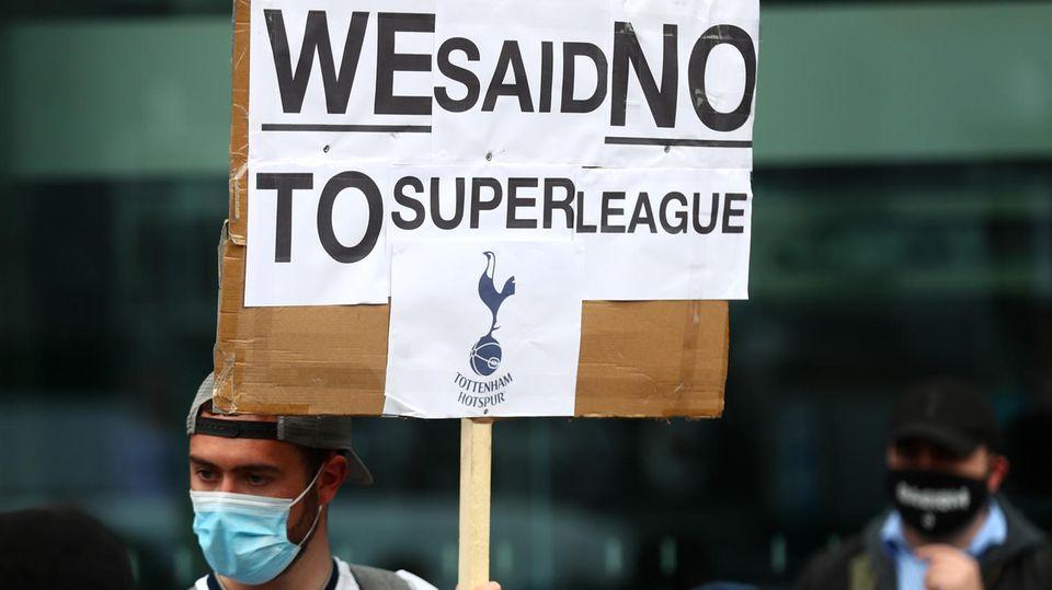 Anhänger der Tottenham Hotspur protestieren gegen die Super League
