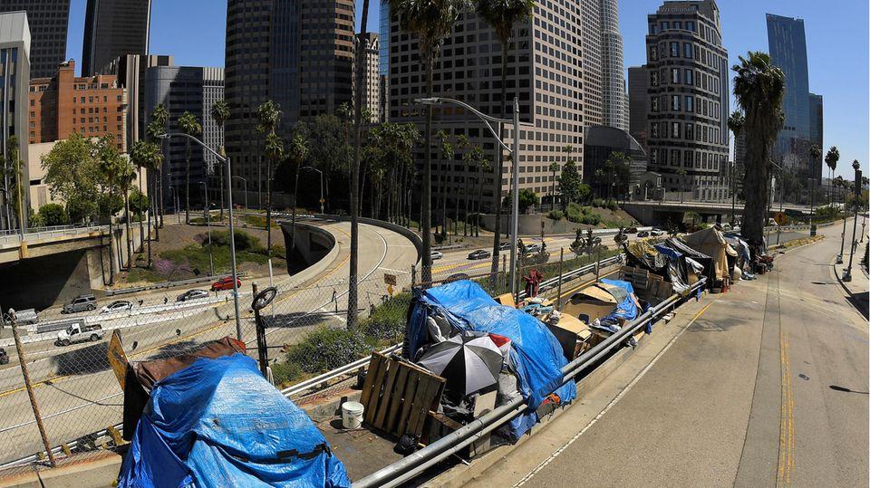 Ein Obdachlosenlager an der Beaudry Avenue in der Innenstadt von Los Angeles