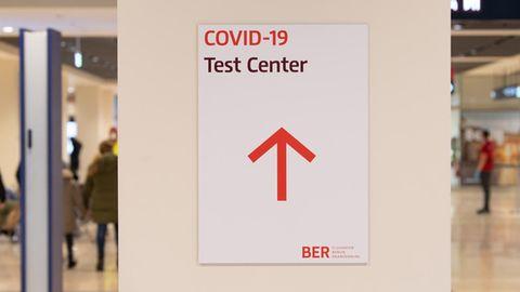 Wegweiser am Berlin Brandenburg Airport zum Covid-19-Testzentrum