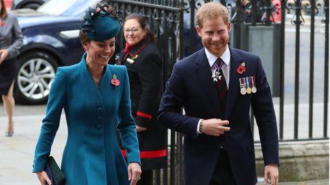 Prinz Harry und Herzogin Kate gehen nebeneinander her und lachen