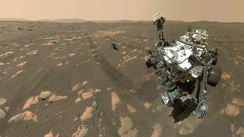 Mars Rover Perseverance mit Drohne Ingenuity auf der Mars-Oberfläche