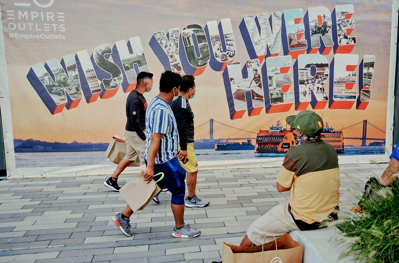 Die Reklame für die Empire Outlets in St. George auf der Insel Staten Island vor Manhattan