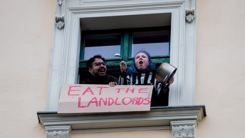 Zwei Berliner protestieren gegen das Urteil zum Mietendeckel