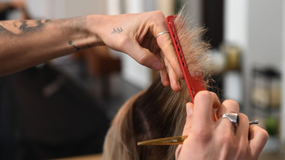 Ein Friseur schneidet Haare