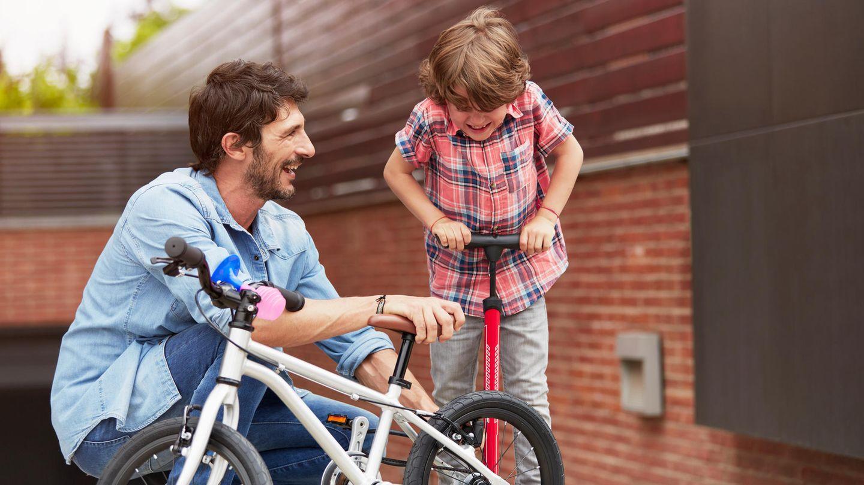 Reifendruck Fahrrad: Kleiner Junge pumpt mit einer Ständerpumpe sein Rad auf