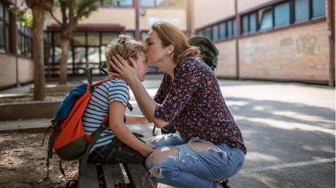 Mutter gibt Sohn einen Abschiedskuss